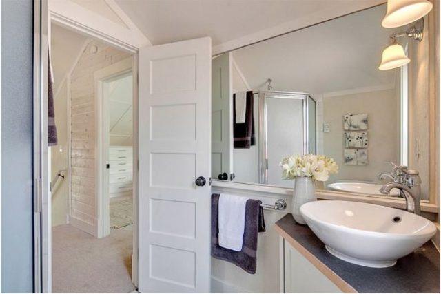 Phòng tắm nằm trên tầng áp mái