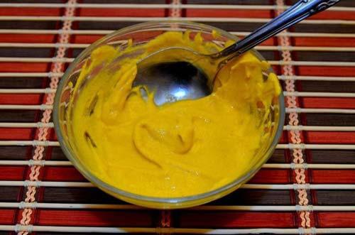 Cách làm mặt nạ trị mụn ở mặt và dưỡng trắng da từ bột nghệ + sữa chua
